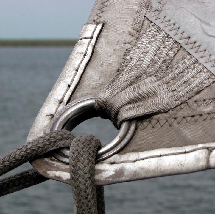 Парусина применяется в парусном спорте. Также из неё шьют куртки, брюки, чехлы, спецодежду и др.