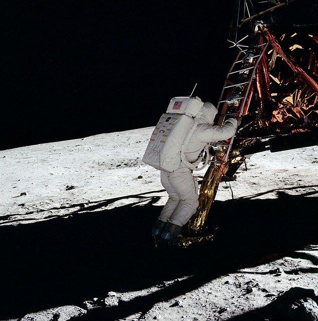 Астронавт. Высадка на луне.