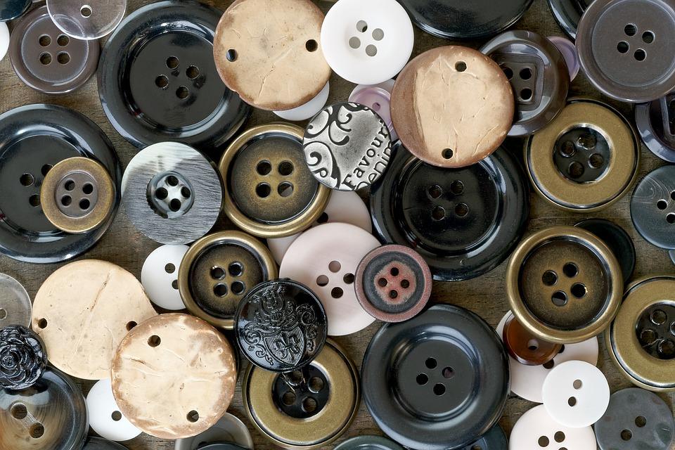 История пуговиц. Это мелкие предметы, круглой формы.